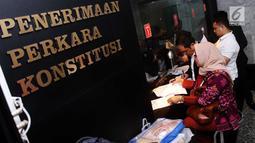 Sejumlah pengacara dari ACTA mendaftarkan permohonan uji materi Undang-undang ITE ke MK, Jakarta, Senin (18/9). Uji materi ini karena prihatin banyak aktivis yang terjerat masalah hukum karena mengkritik di media sosial. (Liputan6.com/Angga Yuniar)