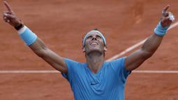 Ekspresi Rafael Nadal merayakan kemenangan atas Dominic Thiem pada final Prancis Terbuka 2018 di Roland Garros stadium, Paris, (10/6/2018). Nadal menang tiga set 6-4, 6-3, 6-2. (AP/Michel Euler)