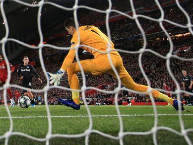 Pemain Liverpool Mohamed Salah (kiri) mencetak gol ke gawang Red Bull Salzburg pada lanjutan Liga Champions di Stadion Anfield, Liverpool, Inggris, Rabu (2/10/2019). The Reds menang tipis 4-3 atas Salzburg. (AP Photo/Jon Super)
