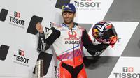 Pembalap Pramac Racing, Johann Zarco naik podium kedua pada balapan MotoGP Doha di Sirkuit Losail, Senin (5/4/2021) dinihari WIB. (AFP/Karim Jaafar)
