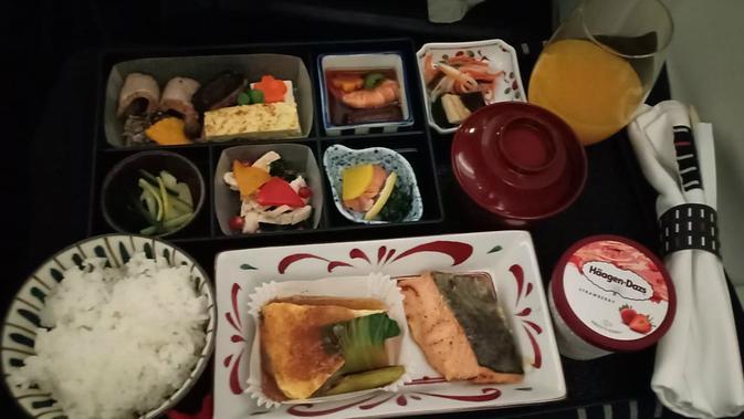 Makanan sarapan di kelas bisnis Japan Airlines dari Bandara Soekarno-Hatta menuju Bandara Narita, Tokyo. (Liputan6.com/ Mevi Linawati)