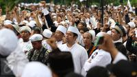 Massa dari ormas Islam berorasi menyampaikan kecaman terhadap Basuki Tjahaja Purnama di Balai Kota Jakarta, Jumat (14/10). Mereka berdemonstrasi terkait pernyataan Ahok yang dinilai menyinggung satu golongan masyarakat. (Liputan6.com/Immanuel Antonius)