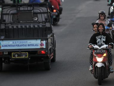 Pengendara motor nekat berlawan arah di kawasan Klender, Jakarta, Kamis (11/7/2019). Demi mempersingkat jarak tempuh dan menghindari kemacetan, para pengendara sepeda motor di kawasan ini nekat berlawan arah yang sesungguhnya dapat mengancam keselamatan. (merdeka.com/Iqbal S. Nugroho)