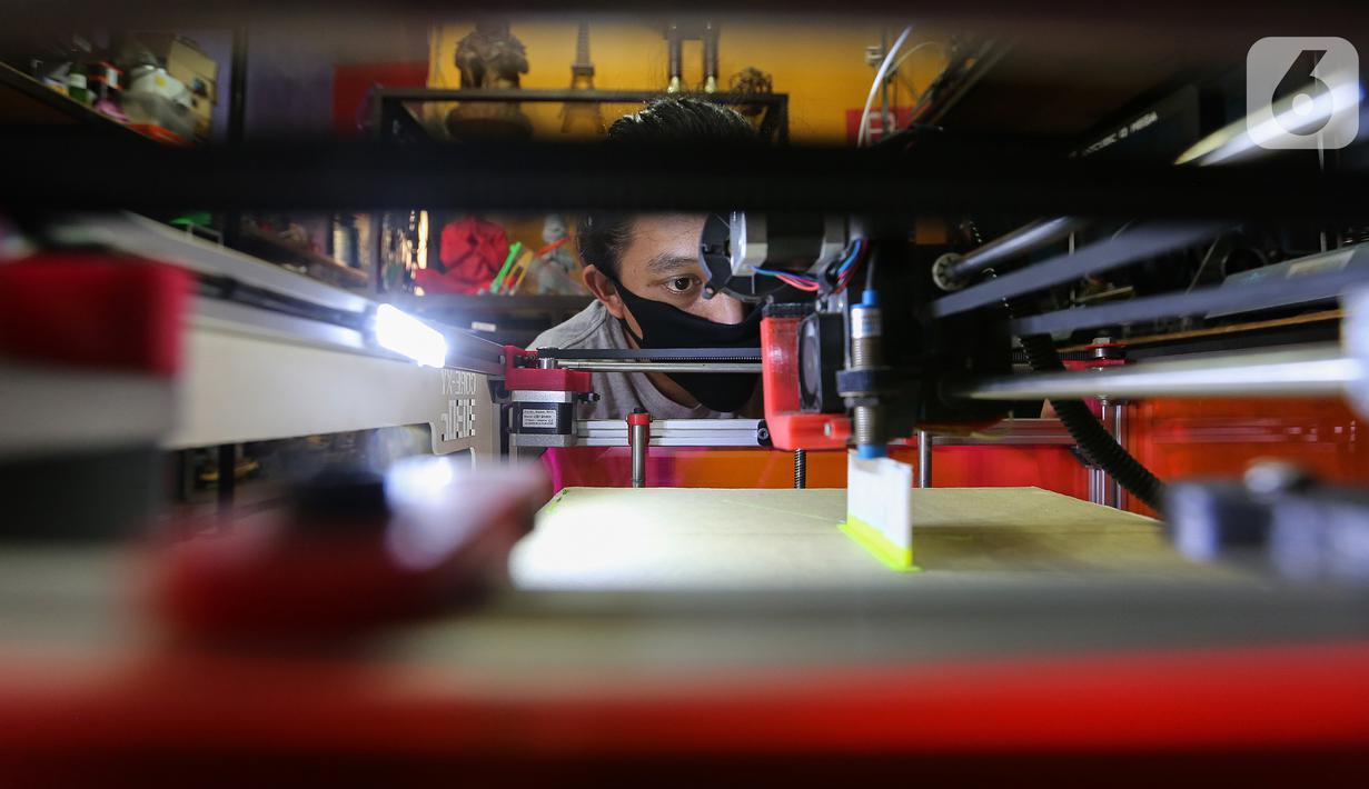 Karyawan melihat pola kerja pembuatan face shield atau pelindung wajah pada mesin print 3D di IMA 3D, Cipondoh, Kota Tangerang, Kamis (23/4/2020). Face shield untuk tenaga medis ini di donasikan bagi sejumlah rumah sakit yang membutuhkan tanpa dipungut biaya. (Liputan6.com/Fery Pradolo)