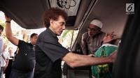 Achmad Albar bersama para kerabat membawa jenazah Faldy Albar untuk disalatkan di Cinere, Depok, Jawa Barat, Kamis (30/8). Faldy Albar meninggal di Rumah Sakit Abdi Waluyo Jakarta. (Liputan6.com/Faizal Fanani)