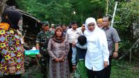Mensos Khofifah Indar Parawansa menyalurkan bansos program rehabilitasi Rumah Tinggal Layak Huni (Rutilahu) di Pasuruan, Jawa Timur. (Liputan6.com/Dian Kurniawan)