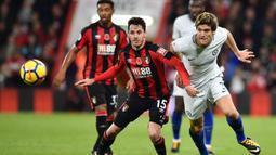 Bek Chelsea, Marcos Alonso, berebut bola dengan bek Bournemouth, Adam Smith, pada laga Premier League di Stadion Vitality, Sabtu (28/10/2017). Chelsea menang 1-0 atas Bournemouth. (AFP/Glyn Kirk)