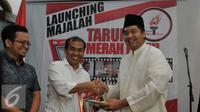 Ketua Umum DPP Taruna Merah Putih Maruarar Sirait (kanan) berjabat tangan dengan Sukur Nababan (kedua kanan) saat peluncuran Majalah Taruna Merah Putih di Jakarta, Kamis (9/7/2015). (Liputan6.com/Johan Tallo)