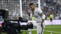 Kapten Real Madrid Sergio Ramos merayakan gol ke gawang Leganes dalam lanjutan Liga Spanyol di Santiago Bernabeu, Minggu (2/9/2018). Ramos mencetak gol lewat tendangan penalti. (AP Photo/Andrea Comas)
