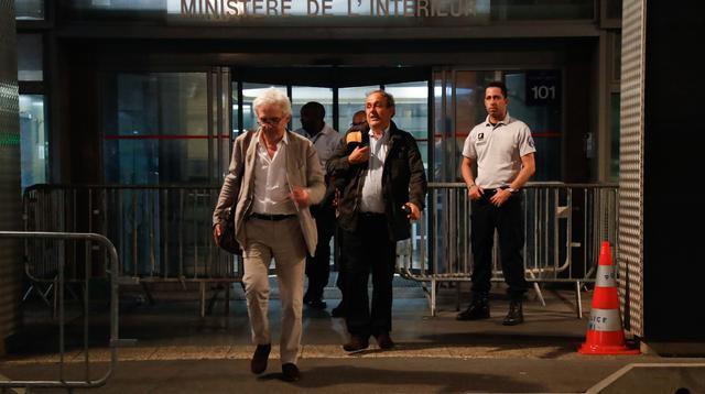 Michel Platini didampingi pengacara William Bourdon meninggalkan Kantor Satgas Antikorupsi Prancis, Rabu (19/6/2019) dini hari waktu setempat. (AFP/Zakaria Abdelkafi)