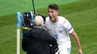 Striker Republik Ceko, Patrik Schick berselebrasi usai mencetak gol ke gawang Skotlandia pada pertandingan grup D Euro 2020 di stadion Hampden Park, Glasgow, Senin (14/6/2021). Schick mencetak dua gol dipertandingan ini dan mengantar Ceko menang atas Skotlandia 2-0. (AP Photo/Andy Buchanan, Pool)