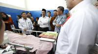 Mentan Amran Sulaiman mengunjungi rumah sakit umum (RSUP) Dr Wahidin Sudirohusodo Makasar guna menjenguk korban bencana tsunami Donggala dan Palu di Sulawesi Tengah. FOTO: Liputan6.com/Bawono Yadika