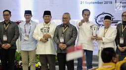 Dua pasang capres-cawapres Prabowo Subianto-Sandiaga Uno dan Joko Widodo-Ma'ruf Amin foto bersama Ketua KPU Arief Budiman usai pengundian nomor urut Pemilu 2019 di Kantor KPU, Jakarta, Jumat (21/9). (Liputan6.com/Faizal Fanani)