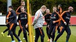 Pelatih Belanda, Ronald Koeman (tengah) menyaksikan pemainnya berlatih di Zeist (9/10/2019). Timnas Belanda akan bertanding melawan Irlandia Utara pada grup C kualifikasi Euro 2020 di Stadion Feijenoord. (Koen van Weel/ANP/AFP)