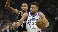 Guard Golden State Warriors Stephen Curry (kanan) melewati penggawa Sacramento Kings George Hill pada partai NBA di Golden 1 Center, Jumat (2/2/2018) atau Sabtu (3/2/2018) WIB. (AP Photo/Rich Pedroncelli)