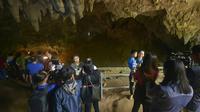 Wisatawan mengunjungi Gua Tham Luang di Provinsi Chiang Rai, utara Thailand, Jumat (1/11/2019). Thailand membuka kembali gua tempat 12 pesepak bola muda dan pelatih mereka terjebak pada tahun lalu yang menuai perhatian dunia. (HO/Chiang Rai Provincial Public Relations Office/AFP)