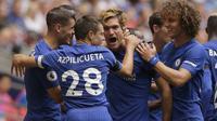 Para pemain Chelsea, merayakan gol Marcos Alonso saat melawan Tottenham Hotspur pada lanjutan Premier League di  Wembley stadium, London, (20/8/2017). Chelsea menang 2-1. (AP/Alastair Grant)