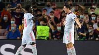 Sayangnya Barcelona malah kembali kebobolan di menit ke-85. Lewandowski (kanan) sukses mencetak gol untuk kedua kalinya. Keunggulan Die Roten akhirnya bertahan hingga pertandingan usai. Bayern Munchen menang 3-0 atas tuan rumah Barcelona. (Foto: AFP/Lluis Gene)