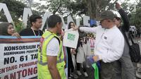 Wali Kota Bogor Bima Arya Sugiarto mensosialisasikan pengurangan penggunaan kantong plastik di Sempur, Bogor, Jawa Barat, Minggu (25/11). Bima Arya mengeluarkan Peraturan Wali Kota Nomor 61 Tahun 2018. (Merdeka.com/Arie Basuki)