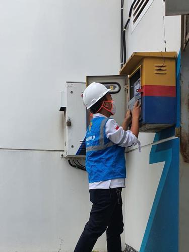 Petugas PLN tengah mengganti kWh meter pelanggan. Dok PLN