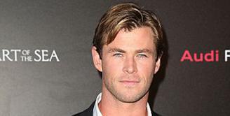 Chris Hemsworth dikenal lewat perannya sebagai Thor yang memiliki tubuh serta otot yang tangguh bak binaragawan. Namun, Hemsworth harus menghilangkan image tersebut demi film terbarunya berjudul 'In the Heart of the Sea'. (via dailymail.co.uk)