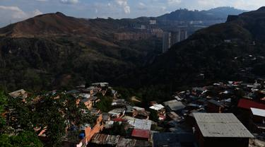 Pemandangan permukiman kumuh Petare di Caracas pada 19 Mei 2019. Petare yang merupakan kawasan kumuh terbesar di Venezuela menjadi rumah bagi lebih dari 500.000 jiwa. (Photo by MARVIN RECINOS / AFP)