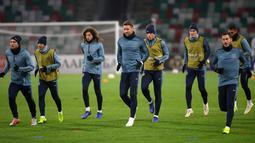 Bek Chelsea, Garry Cahill bersama rekan-rekannya melakukan pemanasan saat sesi latihan jelang menghadapi wakil Belarusia, BATE Borisov pada grup L Liga Eropa di stadion Dinamo, di Minsk, Belarusia (8/11). (AP Photo/Sergei Grits)