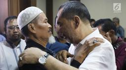 Bupati nonaktif Hulu Sungai Tengah, Abdul Latif (kanan) bersama kerabatnya usai sidang putusan di Pengadilan Tipikor, Jakarta, Kamis (20/9). Sebelumnya, JPU KPK menuntut Abdul Latif 8 tahun penjara, denda Rp 600 juta. (Liputan6.com/Helmi Fithriansyah)