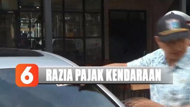 Di dalam sebuah rumah, petugas menemukan 4 unit mobil mewah yang pajaknya belum dibayarkan senilai Rp 70 juta.