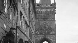 Sejumlah warga beraktivitas pada bulan September 1945 di kota Praha, Ceko. Nama kota Praha ditetapkan sebagai nama resmi kota tersebut pada tahun 1920, sebelum tahun 1784 kota ini disebut sebagai Královské Hlavní Město Praha ( atau disebut pula sebagai Ibukota Kerajaan Praha). (AFP Photo)