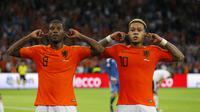 Dua pemain timnas Belanda, Georginio Wijnaldum dan Memphis Depay, merayakan gol yang dicetak ke gawang timnas Jerman di Johan Cruijff Arena, Minggu (14/10/2018) dini hari WIB. (AP Photo/Peter Dejong)
