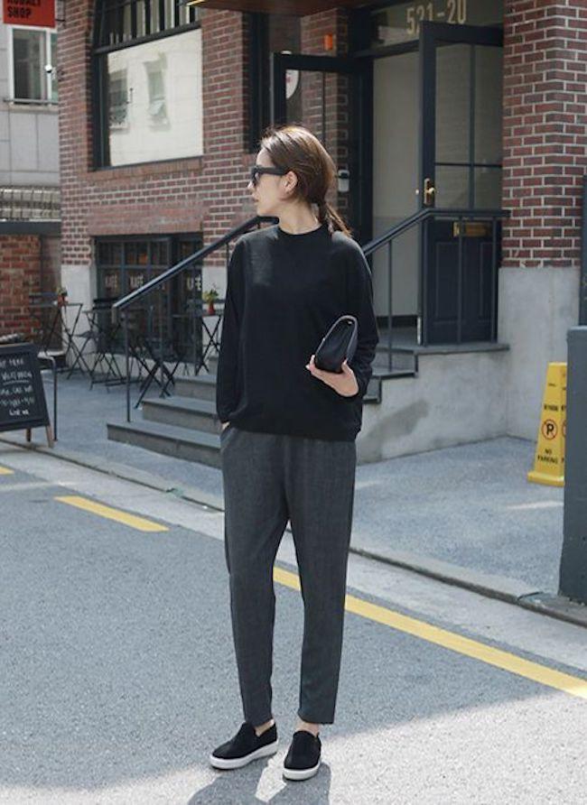 Sweater hitam dipadukan bersama tailored trousers warna abu-abu dan pakai slip on, penampilan seperti ini memberi kesan simple. (sumber foto: Bloglovin'/Pinterest)