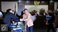 Bos Agung Sedayu Group, Sugianto Kusuma alias Aguan bersalaman usai bersaksi di Pengadilan Tipikor, Jakarta, Rabu (7/9). Aguan bersaksi untuk Mohamad Sanusi terkait kasus Raperda Reklamasi Pantai Utara Jakarta. (Liputan6.com/Helmi Afandi)