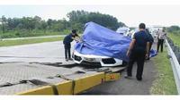 Sebuah Lamborghini yang terlibat kecelakaan di Tol Cipali (NTMC Polri)