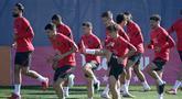 Para pemain Atletico Madrid melakukan pemanasan selama sesi latihan di tempat latihan klub di Majadahonda (27/9/2021). Atletico Madrid akan bertanding melawan AC Milan pada grup B Liga Champions di San Siro. (AFP/Javier Soriano)