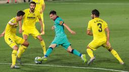 Penyerang Barcelona, Lionel Messi (kedua kanan) berebut bola dengan pemain Villareal, Pau Torres dan Raul Albiol dalam pekan ke-34 La Liga Spanyol di stadion La Ceramica, Minggu (5/7/2020). Barcelona sukses menumbangkan Villarreal dengan skor telak 4-1. (AP Photo/Jose Miguel Fernandez de Velasco)