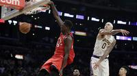 Forward Toronto Raptors Pascal Siakam melakukan slam dunk pada laga NBA 2019/2020 melawan LA Lakers di Staples Center, Minggu (10/11/2019) atau Senin WIB.  (AP Photo/Marcio Jose Sanchez)