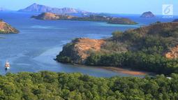 Kapal wisatawan mengarungi sebuah teluk di Pulau Rinca, Taman Nasional Komodo, NTT, Minggu (14/10). Pulau Rinca beserta Pulau Komodo dan Pulau Padar merupakan kawasan Taman Nasional Komodo yang dikelola oleh Pemerintah Pusat. (Merdeka.com/Arie basuki)
