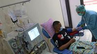 Penyintas COVID-19 mendonorkan plasma konvalesennya di PMI Bekasi, Jawa Barat, Kamis (11/2/2021). Untuk saat ini, PMI Bekasi hanya mampu melayani enam orang pendonor per harinya karena keterbatasan alat. (Liputan6.com/Herman Zakharia)