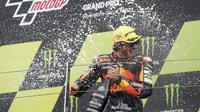 Remy Gardner saat finis pertama balapan Moto2 Inggris. (Adrian DENNIS / AFP)