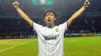 Joshua Suherman, penyanyi asal Surabaya mendapat kesempatan menyanyikan lagu kebesaran Bonek Mania dan Persebaya, Sabtu (17/6/2017) di Stadion Gelora Bung Tomo. (Bola.com/Fahrizal Arnas)
