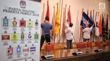 Petugas menata ruangan yang akan digunakan untuk pendaftaran Caleg di Gedung KPU RI, Jakarta, Selasa, (3/7). KPU RI mempersiapkan ruangan untuk pendaftaran Calon Legislatif DPR RI yang berlangsung mulai tanggal 4-17 Juli. (Liputan6.com/Faizal Fanani)