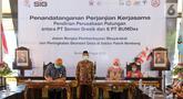 Dirut PT Semen Gresik, Mukhamad Saifudin (kiri), Direktur BUMDes PT Indo Kadiwono Sukses, Uswatun Khasanah (kanan) menandatangani Perjanjian Kerjasama Pendirian Perusahaan Patungan antara PT Semen Gresik dengan 6 PT BUMDes di Rembang, Kamis (9/4/2020). (Liputan6.com/Pool/SIG)