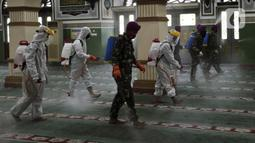 Petugas PMI beserta TNI menyemprotkan cairan disinfektan di Masjid Agung Al Azhar, Jakarta, Rabu (3/6/2020). Penyemprotan tersebut untuk mencegah penyebaran virus corona COVID-19 di rumah ibadah jika nantinya kembali dibuka untuk umum saat pemberlakuan new normal. (Liputan6.com/Johan Tallo)