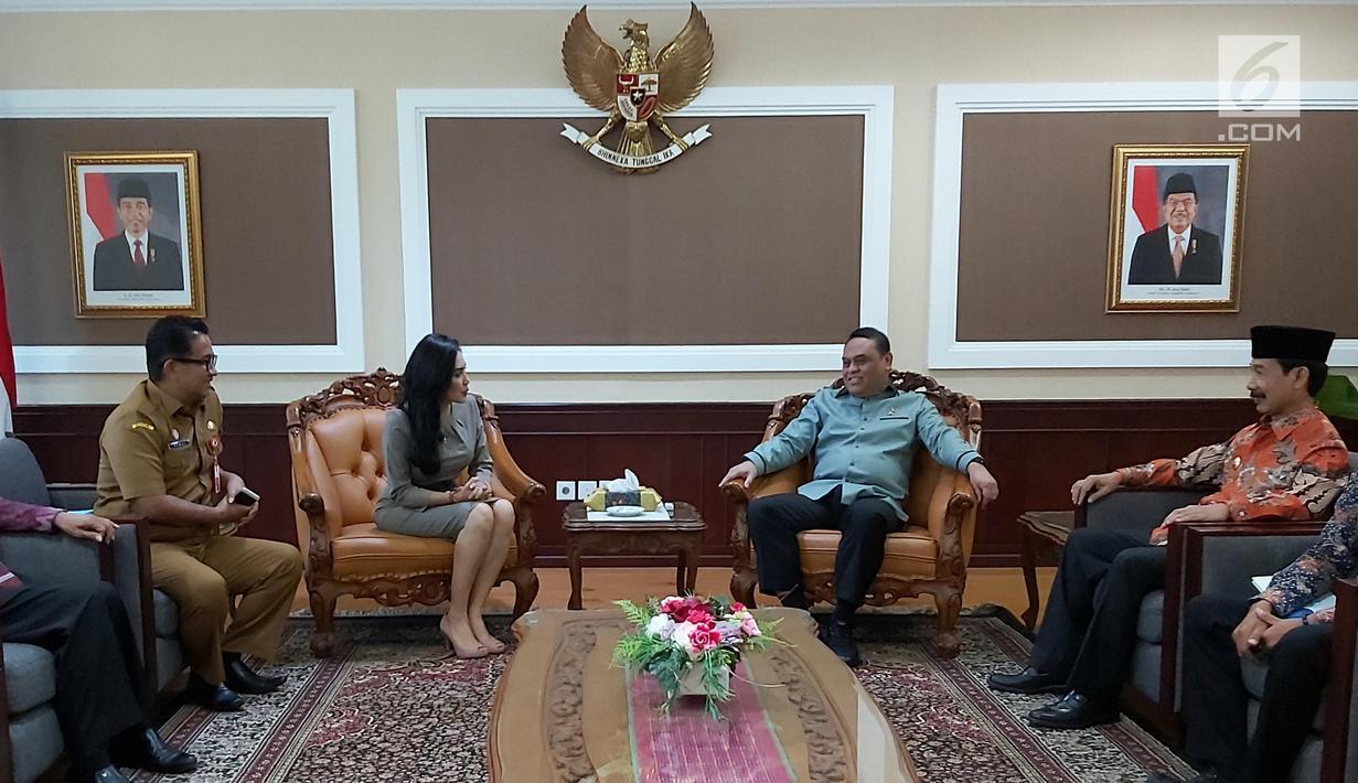 Menpan RB Syafruddin menerima kedatangan Bupati Kabupaten Solok Selatan Muzni Zakaria dan anggota DPR dari fraksi PDIP Rieke Diah Pitaloka di kantor Kemenpan RB, Jakarta, Senin (5/8/2019). Kedatangan mereka demi menyerahkan berkas CPNS dokter gigi Romi Syofpa Ismael. (Liputan6.com/Angga Yuniar)