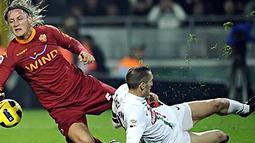 Bek Juventus Giorgio Chiellini menjegal bek AS Roma Philippe Mexes pada laga Serie A di Stadio Olimpico Grande, Turin, 13 November 2010. AFP PHOTO/Filippo MONTEFORTE