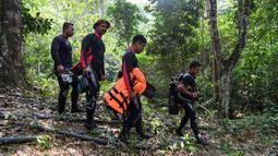 Penyelam ikut serta dalam operasi pencarian gadis disabilitas asal Irlandia Nora Anne Quoirin yang hilang dari sebuah resor hutan hujan di Seremban, Malaysia, Rabu (7/8/2019). Hingga hari keempat, Tim SAR belum menemukan tanda-tanda keberadaan Nora. (Mohd Rasfan/AFP)