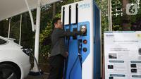 Pemilik mobil listrik mengetap kartu sebelum melakukan pengisian daya listrik di SPLU di Jakarta, Rabu (29/10/2019). PLN secara serentak meresmikan SPKLU yang tersebar di empat kota, yakni Tangerang, Bali Selatan, Jakarta, dan Bandung dengan tarif sekitar Rp 1640/k. (Liputan6.com/Angga Yuniar)