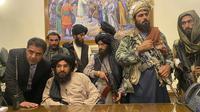 Pejuang Taliban menguasai Istana Kepresidenan Afghanistan di Kabul, Afghanistan, Minggu (15/8/2021). Taliban menduduki Istana Kepresidenan Afghanistan dengan puluhan anggota bersenjatanya. (AP Photo/Zabi Karimi)