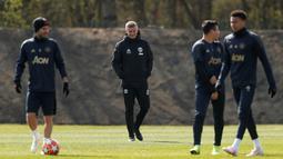 Manajer Manchester United (MU) Ole Gunnar Solskjaer (tengah) memantau anak asuhnya berlatih jelang menghadapi Barcelona pada leg pertama perempat final Liga Champions 2018/2019 di Aon Training Complex, Manchester,Inggris, Selasa (9/4). MU siap menjamu Barcelona di Old Trafford. (Reuters/Lee Smith)